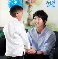 배우 송중기, '코 없던 몽골소년'과 5년만의 재회